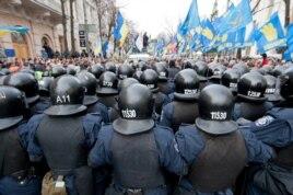 Вооруженные полицейские преградили путь участникам антиправительственной демонстрации. Киев, 3 декабря 2013 года.
