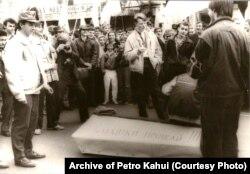 «Пахаваньне СССР» падчас студэнцкага пратэсту ў Кіеве ў 1990