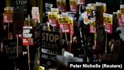 Протесты в Лондоне перед зданием посольства США