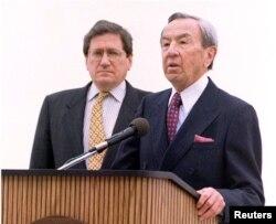 Richard Holbrooke (L) i Warren Christopher (D)