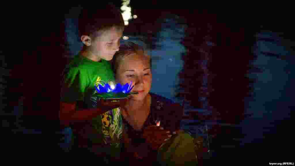 Жители Симферополя запускают фонарики на воду в Гагаринском парке