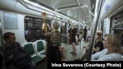 Перформанс против домашнего насилия в петербургском метро. Фото: Ирина Северова