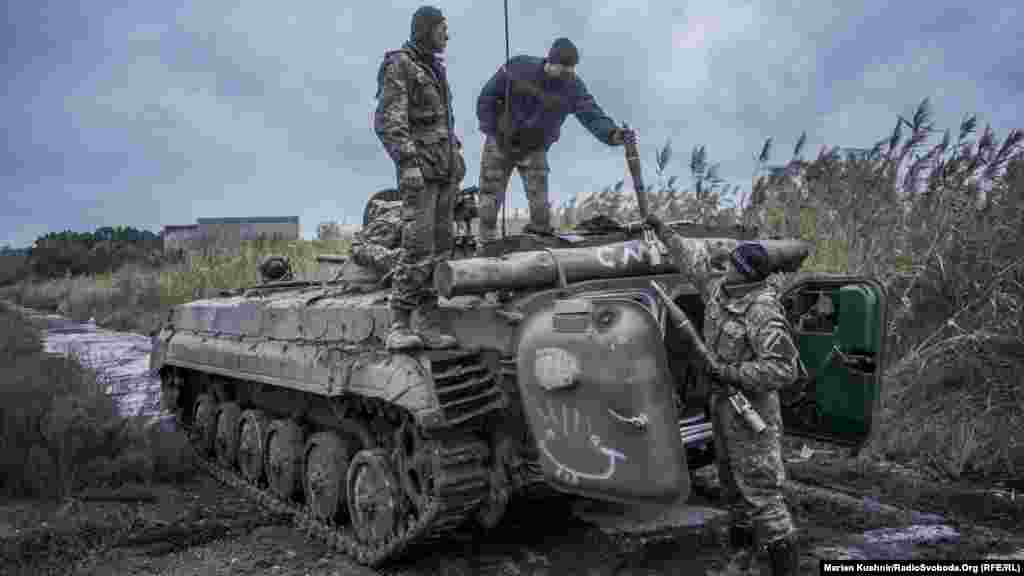 На одной позиции вблизи линии разграничения солдаты украинской армии обучаются стрельбе из БМП-1.