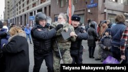 Полиция задерживает участника акции в Москве на Манежной площади, 5 ноября 2017 года