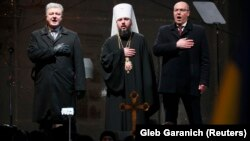 Ukrain prezidenti Petro Poroşenko (çepde), parlamentiň spikeri Andriý Parubiý (sagda) we Ukrainanyň garaşsyz Prawoslaw kilisesiniň täze saýlanan başlygy Metropolit Epifaniý.