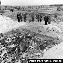 Британські військові біля рову з тілами в'язнів концтабору «Берген-Бельзен». Фото з виставки «Тріумф людини. Мешканці України, які пройшли нацистські концтабори»