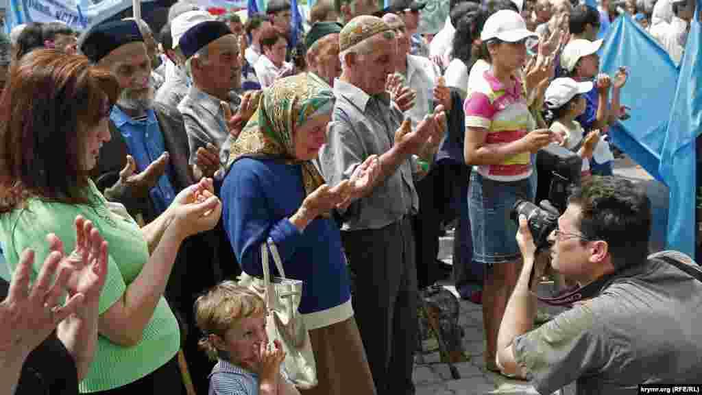 2007 рік. Кримські татари читають дуа (молитву) перед жалобним мітингом, присвяченим річниці депортації народу