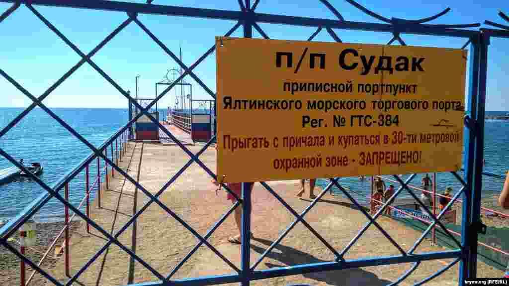 Незважаючи на заборону купатися в 30-метровій зоні, відпочивальників це не зупиняє