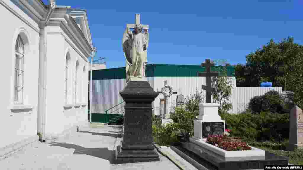 Останнє поховання священнослужителя біля цвинтарного храму Всіх Святих датується 2014 роком