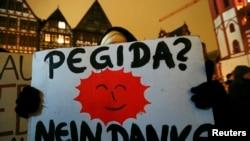 "Германи -- ПЕГИДА боламан дуьхьал волчу стага дIалаьцна ""ПЕГИДА? Ца оьшу, баркалла!"" аьлла яздина плакат. 26Дечк2015."