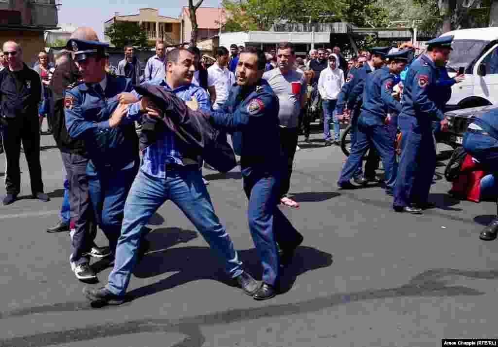 Вранці 19 квітня демонстранти заблокували одну з будівель уряду. Поліція Вірменії затримала 100 людей в Єревані