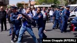 Затримання учасників антиурядових протестів в Єревані, 19 квітня 2019 року