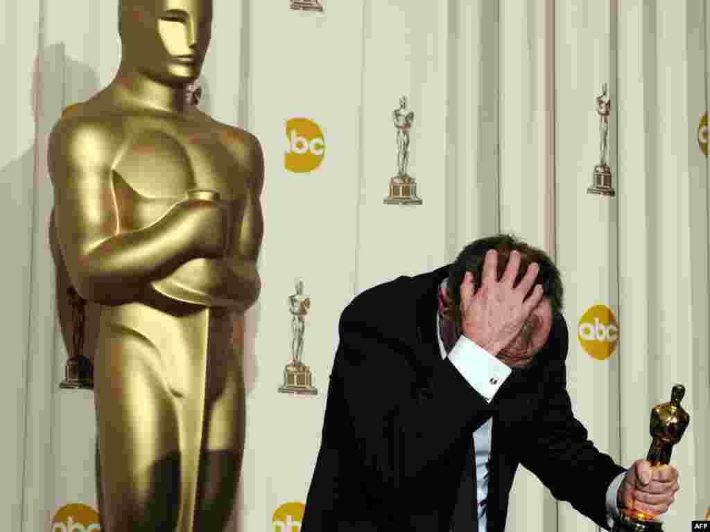دنی بویل پس از دریافت جایزه بهترین کارگردانی برای فیلم میلیونر زاغهنشین