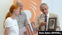 Prof. dr. Nenad Zakošek dodjeluje nagradu GONG-a, Zagreb, 28.juni 2012.