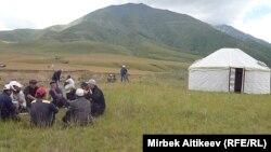 Қазақстанға кететін канал басына киіз үй тігіп отырған қырғыз азаматтары. Қырғызстан, 8 шілде 2013 жыл.