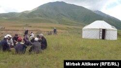 Граждане Кыргызстана рядом с перекрытым трансграничным каналом. 8 июля 2013 года.