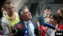 Эльман Пашаев (в центре)