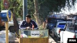 مجتبی مرادی در حال فروش سمبوسه در میدان بار دزفول