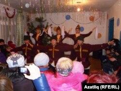 Тазлар авылында яшьләр әстерхан татарлары биюен башкара