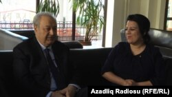 Аяз Муталибов и корреспондент РадиоАзадлыг Шахназ Бейляргызы, 12 марта 2013