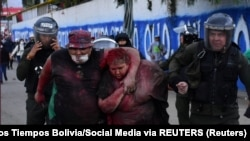 Policija sklanja Patriciu Arce Guzman od demonstranata