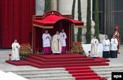 Папа Франциск во время церемонии канонизации своих предшественников Иоанна Павла II и Иоанна XXIII. Ватикан, 27 апреля 2014 года