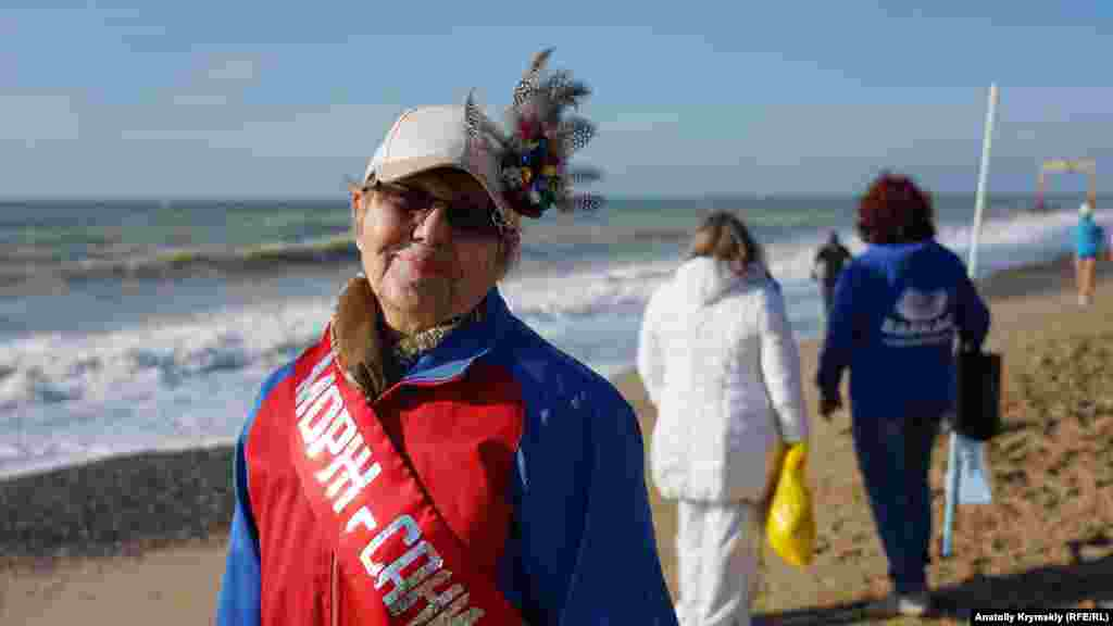 Ветеран зимового купання з Сак того дня вирішила навіть не знімати верхній одяг через шторм і брудне море