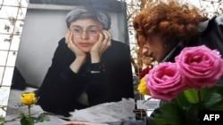 Тем, кто пожелал почтить память Анны Политковской, пришлось делить Болотную площадь со «старшим поколением»