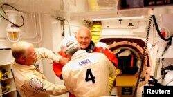 John Glenn u astronautskom odijelu