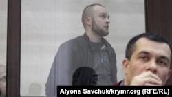 Вадим Сирук в суде, за спиной адвоката Эмиля Курбединова, архивное фото