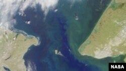 Берингов пролив между самой восточной точкой Азии (мыс Дежнёва) и самой западной точкой Северной Америки (мыс Принца Уэльского). Наименьшая ширина 86 км. Посредине Берингова пролива лежат острова Диомида. Спутниковая фотография NASA