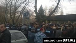 Работники завода «Наирит» у резиденции президента Армении, Ереван, 4 декабря 2014 г.