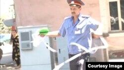 представитель милиции перекрывает место аварии