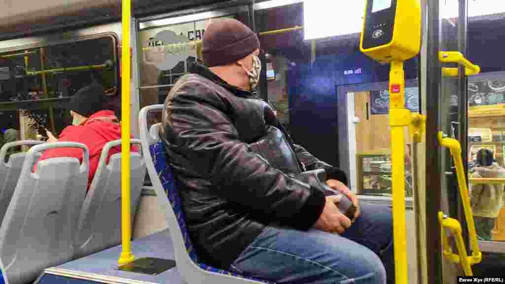 Пасажир у масці в севастопольському тролейбусі