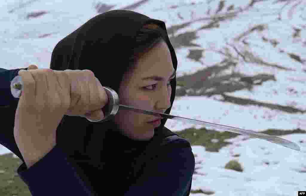 Она - не первая женщина, которая владеет ушу. Мастерами этого боевого искусства были многие китайские монахини, а некоторые императоры даже нанимали женщин-бойцов в качестве телохранителей.