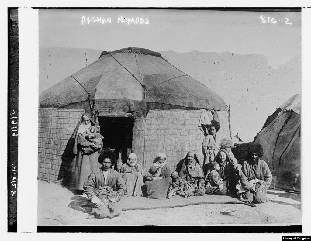 Это фото предлагает окунуться в атмосферу жизни Афганистана. Май 1919 года. Где именно и при каких обстоятельствах сделано фото — неизвестно. Сохранилась лишь сделанная от руки строчка— «Афганские кочевники».