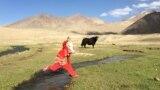 Расположенное на высоте 4250 метров жайлау Корумду расположено на таджикской части Памира. Несколько семей из 15 человек поднимаются сюда на два летних месяца, чтобы встречать туристов и пасти яков.