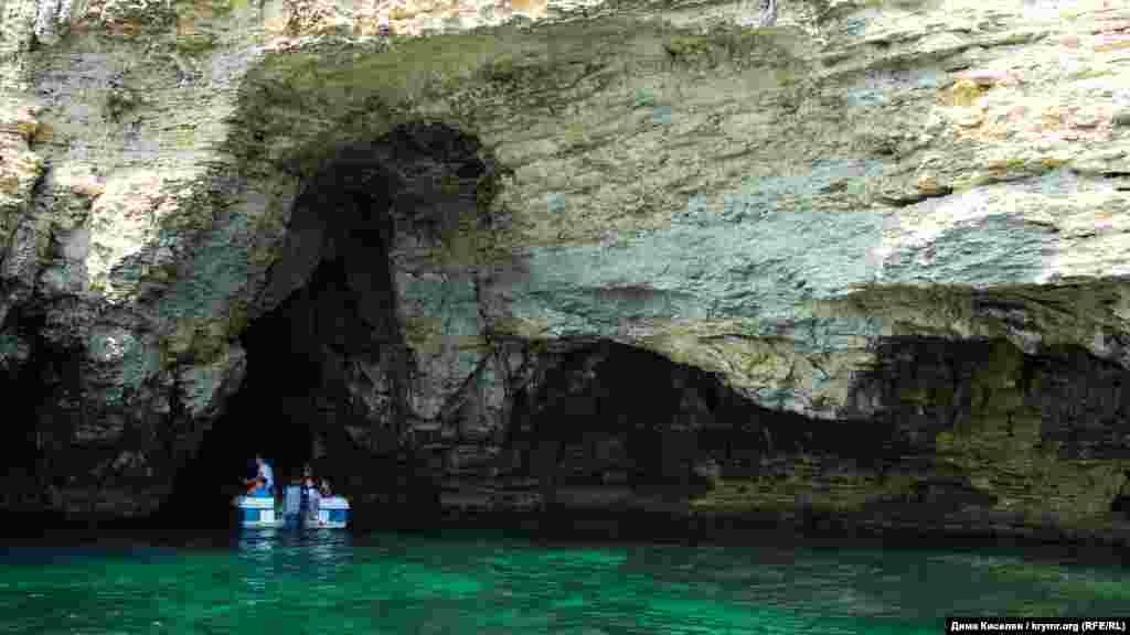 На катері можна зайти в печери, пройтися під арками
