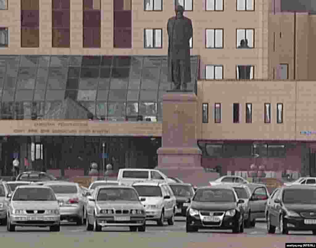 В Астане памятник Абаю установлен напротив агентства по спорту и физкультуре. 22 мая 2012 года.