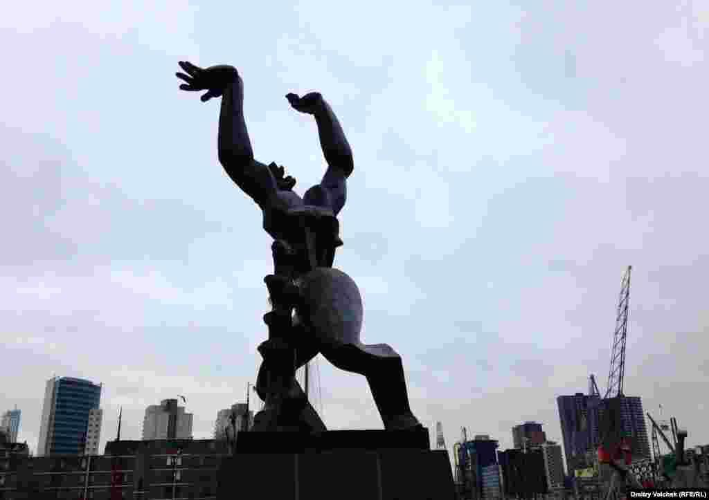 """По дороге в кинотеатр """"Синерама"""" я встречаюсь со скульптурой Наума Габо, а это – монумент Осипа Цадкина """"Памяти разрушенного Роттердама"""" (1953)"""