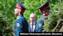 پوتین یک روز پس از اعلام تصمیم دونالد ترامپ مبنی بر خروج از توافق اتمی، در یک سخنرانی در مورد «شکننده بودن جهان» هشدار دادهاست