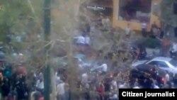 Тегерандагы мүрзөдөн чыккандар Мосала мечитине барышты. Иран, 30-июль, 2009-ж.
