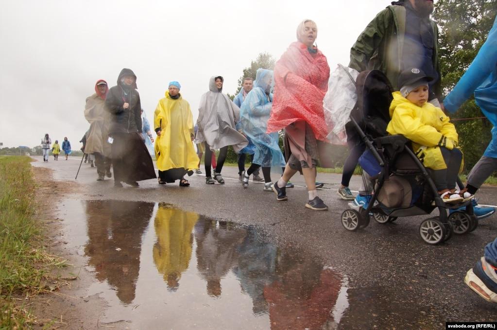 Идя под дождем паломники молились о хорошей погоде в Будславе - и так случилось