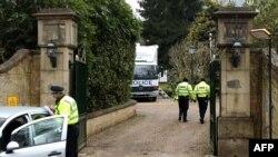 Poliţia britanică în faţa casei lui Boris Berezovski în apropierea Londrei