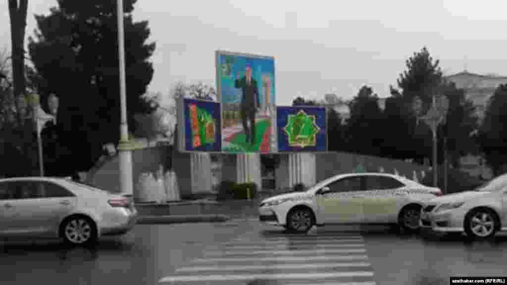 Aşgabatdaky prezident Gurbanguly Berdimuhamedowyň portretleriniň biri