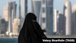 Жінка на набережній Корніш. Катар, Доха, 20 грудня 2017 року