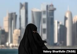Катар. Доха. Женщина на набережной Корниш