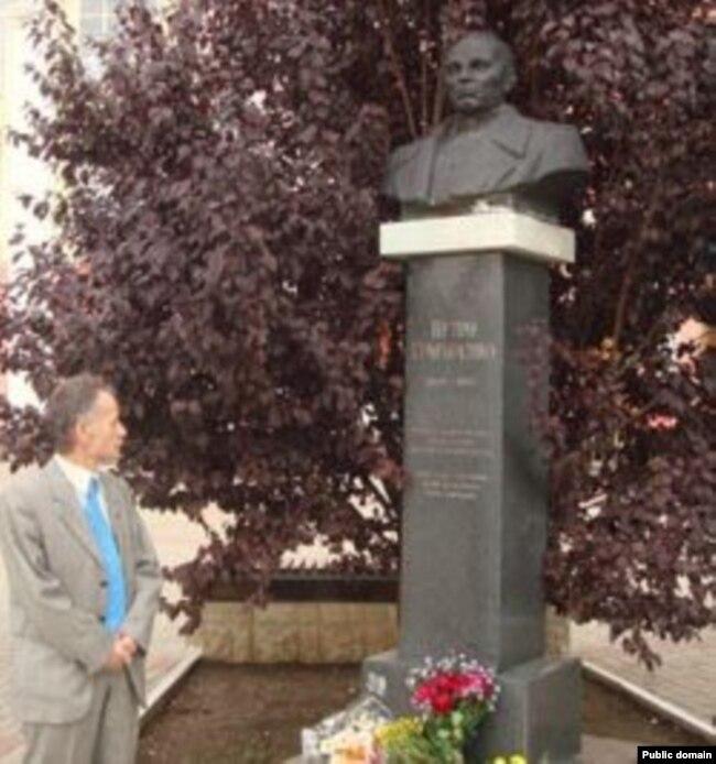Мустафа Джемилев у памятника Петру Григоренко в Симферополе