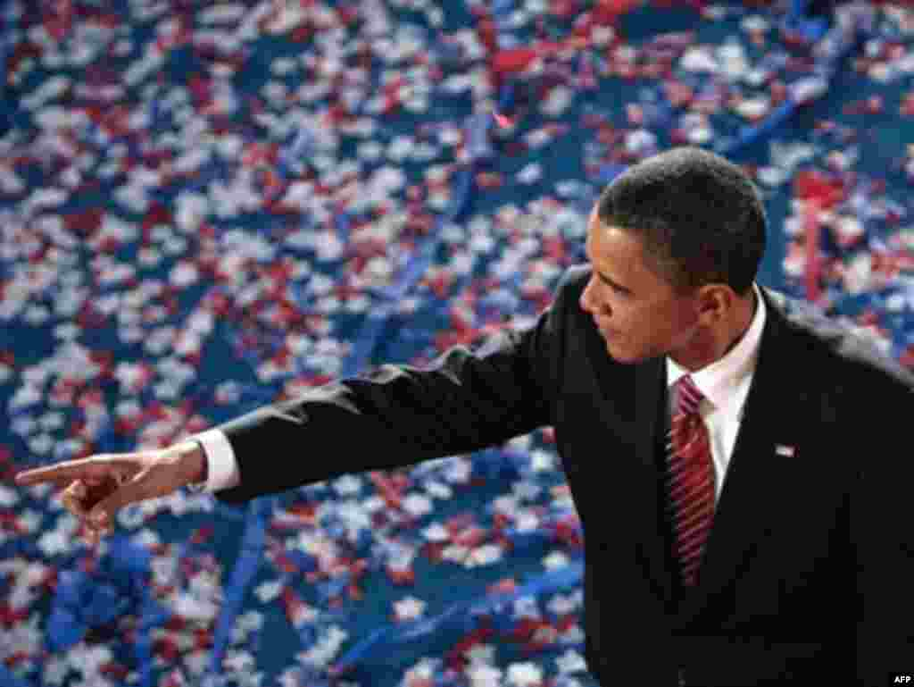 Переміг Барак Обама - На з'їзді Демократичної партії у Денвері 28 серпня 2008 року делегати підтримали сенатора Барака Обаму, який став першим за всю історію країни афроамериканцем, що балотується на президента від найбільшої політичної сили. Його напарником на посаду віце-президента офіційно став сенатор Джо Байден, запропонований самим Бараком Обамою. Сенатор зі штату Ілінойс Барак Обама з'явився на американській політичній арені лише 3 роки тому, але миттєво набув статусу молодої зірки. 45-річний юрист, який походить із родини першого покоління емігрантів, Барак Обама уособлює для багатьох «політику зміни» та «американську мрію». Барак Обама президентську кампанію проводив під гаслом зміни діяльності політичного істеблішменту Вашингтона.