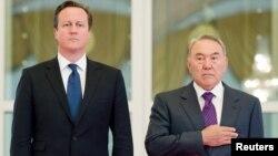 Премьер-министра Великобритании Дэвид Кэмерон и президент Казахстан Нурсултан Назарбаев на официальной церемонии в Астане. 1 июля 2013 года.